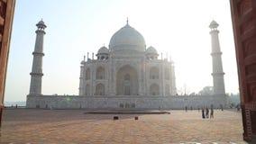 Vorderansicht Taj Mahals vom Eingang mit Holztüren stock video