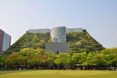Vorderansicht von ACROS Fukuoka internationaler Präfekturhall Lizenzfreies Stockfoto
