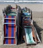 Vorderansicht von alten sehr bunten Strandstühlen Stockbild