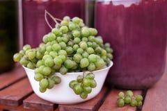 Vorderansicht von Bündeln der gelbgrünen reifen Trauben von einem Biogarten stockfotografie