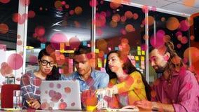 Vorderansicht von den Geschäftsleuten, die sich zusammen an einem Computer besprechen und arbeiten stock footage