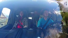 Vorderansicht von den Paaren, die im Wohnwagen beim Fahren durch Norwegen sitzen stock footage