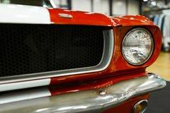Vorderansicht von klassischem Retro- Ford Mustang GT Autoäußerdetails Scheinwerfer eines Retro- Autos Stockfotos