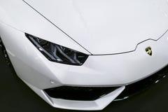 Vorderansicht von weißen sportcar LuxusLamborghini Huracan LP 610-4 Autoäußerdetails Stockbilder