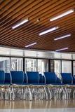Vorderansicht-Zusammenfassungshintergrund des Unschärfefokus des Stuhls im Prüfungsraum stockfotografie