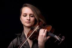 Vorderansichtporträt einer Violinistfrau Stockfotos