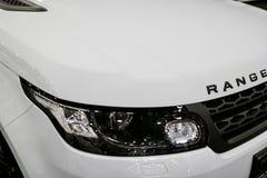 Vorderansichtscheinwerfer eines weißen Landes Rover Range Rover Sport 2017 Autoäußerdetails Stockfoto