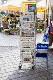 Vordere Abdeckungen der internationalen Zeitung Lizenzfreie Stockfotos