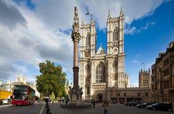 Vordere Fassade von Westminster Abbey an einem sonnigen Tag. London, Großbritannien Stockbild