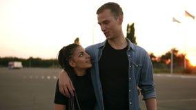 Vordere Gesamtlänge von den modernen, jungen Paaren, die Zeit zusammen draußen haben Unterhaltung, lächelnd, Gehen durch die Stra stock footage