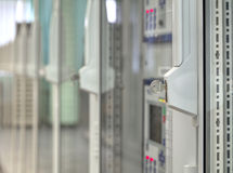 Vordere Glastüren auf elektrischen Steuerzellen und Schlüssel in der Leitstelle auf elektrischer Nebenstelle stockbilder