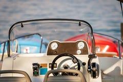 Vordere Konsole der Motorboote mit Messgeräten Nahaufnahmephotographie stockfotos