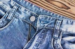 Vordere leere Taschen und aufgeknöpfter Reißverschluss auf Blue Jeans lizenzfreies stockbild