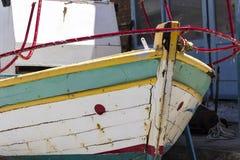 Vordere Nahaufnahme schoss vom bunten Grün- und weißemFischerboot in Kalloni bei Lesvos lizenzfreie stockfotografie