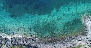 Vordere obenliegende Antenne auf wilder Küste des Mittelmeeres, blaues Wasser Naturumwelt draußen reist establisher, Italien stock video footage