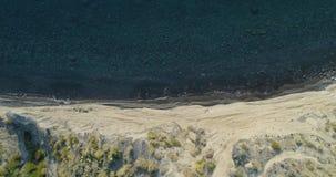 Vordere obenliegende Antenne auf wilder Küste des Mittelmeeres, blaues Wasser Naturumwelt draußen reist establisher, Italien stock video