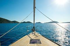Vordere Plattform einer Segeljacht lizenzfreie stockfotos