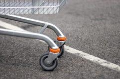 Vordere Räder des Einkaufswagens lizenzfreie stockbilder