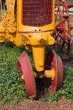 Vordere Radachse des Traktors stockbilder