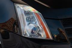 Vordere Scheinwerferansicht von schwarzen Gebrauchtwagenständen im Selbstausstellungsraumverkauf nach Reinigung und in Polnisch m lizenzfreie stockbilder