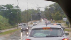 Vordere Schirm- und Regentropfen auf Auto des Staus, Transport stock video