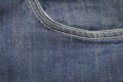 Vordere Tasche der Nahaufnahme auf blauen Denimjeans und -knopf stockfoto