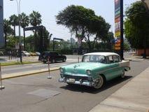 Vordere und Seitenansicht von grünen und weißen Chevrolet Bel Air gelegen in Bezirk Sans Isidro von Lima Lizenzfreies Stockfoto