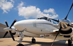 Vordere Wekzeugspritze eines Doppelmotorflugzeuges Stockbild