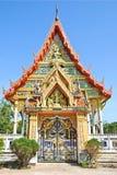 Vorderer buddhistischer Tempel im Sonnenlicht Lizenzfreie Stockfotos