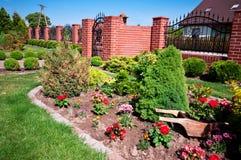 Vorderer Garten des Hauses Stockbilder