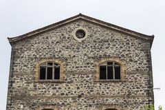Vorderer Nahaufnahmeschuß des verlassenen Maurerarbeitsteins baute alten Tabaklagerschuppen in Izmir bei der Türkei stockbilder