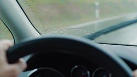 Vorderer Schirm mit Regentropfen auf dem Fahren des Autos, Verkehrssitzung stock footage