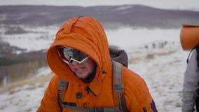 Vorderer Schuss von zwei Reisenden, die im Winter wandern stock video footage