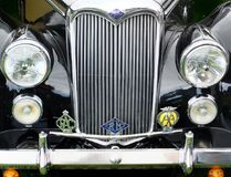 Vorderes Detail eines schwarzen Weinleseriley-Autos mit Stoßscheinwerferheizkörper und -ausweisen Stockfotografie