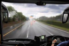 Vorderes Fenster des Busses und der Straße Stockfotografie