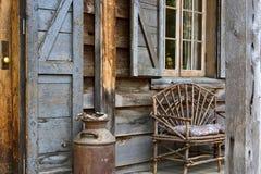 Vorderes Portal der rustikalen Hütte Stockbild