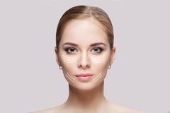 Vorderes Porträt der schönen jungen Frau mit grünen Augen auf grauer Hintergrundnahaufnahme Mädchen mit sauberer Haut Lizenzfreies Stockfoto