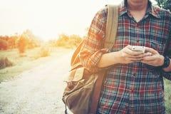 Vorderes Porträt eines Reisenden des jungen Mannes benutzt er Handy Stockfotos