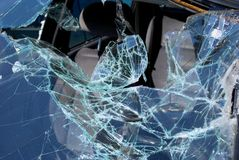 Vorderes Schild nach enormem Autounfall stockbilder