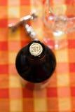 Vordergrund der Flasche Weins im Jahre 2012 Stockfotografie