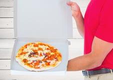 Vordergrund der Pizza im Kasten mit dem Lieferboteen Hölzerner Hintergrund Stockfoto
