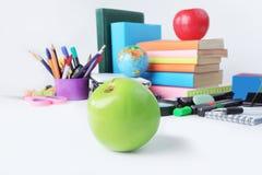 Vordergrund grünes Apple auf dem Hintergrund des Schulbedarfs Foto mit Kopienraum Lizenzfreies Stockbild