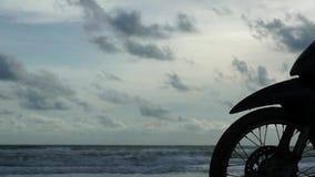 Vorderräder des Motorrades geparkt am Strand stock footage