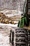 Vorderräder und Teil der Kabine des Traktors Stockfotografie