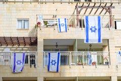 Vorderseite des typischen israelischen Hauses mit Israel-Flaggen auf Fenster stockbilder