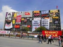 Vorderseite kultureller Mitte Ataturk umfasst mit Fahnen Stockfotos