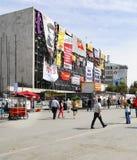 Vorderseite kultureller Mitte Ataturk umfasst mit Fahnen Lizenzfreies Stockfoto