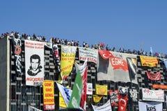 Vorderseite kultureller Mitte Ataturk umfasst mit Fahnen Lizenzfreie Stockbilder