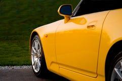 Vorderseite von einem gelben Sportscar Lizenzfreie Stockfotos