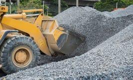 Vorderseitelader, der Stein in einen Bergbausteinbruch entleert Stockfoto